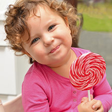 enfant mange des sucreries