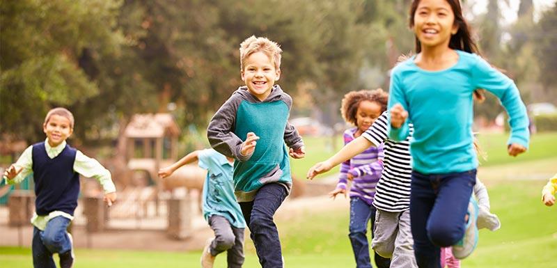 enfants pratiquant une activité physique