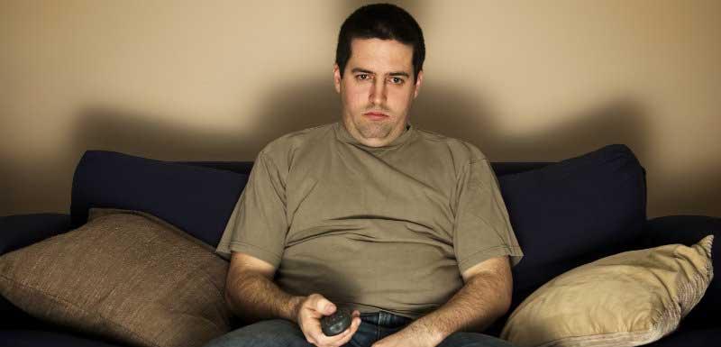 années de vie perdues - homme obèse dans son canapé